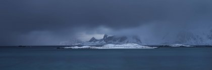 Panoramic View Of Distant Mountains Over Ytresand Beach In Moskenesoy, Lofoten Islands, Norway — Stock Photo