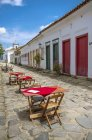 Tables served at a street restaurant in Paraty at Costa Verde — Stock Photo
