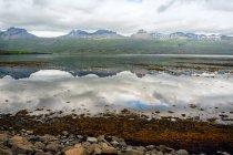 Горы, отражено в водах фьорда в Северная Исландия — стоковое фото