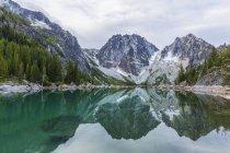 Colchuck lago aos encantos da manhã — Fotografia de Stock