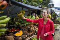 Young Woman At Fruit Market On Roadside In Puerto Rico — Stock Photo