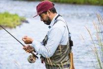 Рибалки, підготовка до Fly Риболовля на річці Yampa, Колорадо — стокове фото