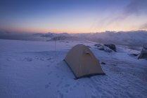 Camping en la Cumbre del pico de la montaña Ryten en Moskenesoya, Islas Lofoten, Noruega - foto de stock