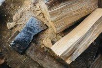 Chiuda sulla vista di ascia e legna da ardere tagliata — Foto stock