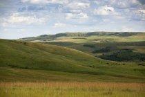 Nubes de verano se acumulan sobre los pastizales de las praderas canadienses en Alberta - foto de stock