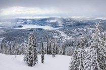 Vue du lac Whitefish de Whitefish Mountain Resort à Whitefish, Montana, Usa — Photo de stock