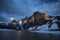 Vista panorâmica de picos de Wenkchemna durante o pôr do sol no Canadá — Fotografia de Stock