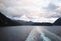 Alaska state ferry hinterlässt eine Wache auf dem Wasser durch den inneren Gang, alaska — Stockfoto