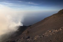 Паровая острова вулкан Стромболи, излучаемый активного кратера — стоковое фото