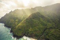 Ocean туман и облака в горах Кауаи, Гавайи — стоковое фото
