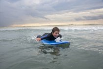 Junge Surfen am Strand Dampfboot In Dampfboot, Massachusetts — Stockfoto
