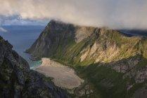 Вид на уединенный пляж Horseid с вершины Breiflogtind, Moskenesy, Лофотенских островах, Норвегия — стоковое фото
