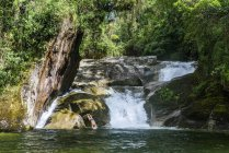 Homme se baigner dans la cascade de Maromba, Parc National d'Itatiaia, Rio de Janeiro, Brésil — Photo de stock
