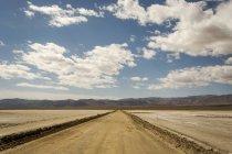 Дороги, які поширюються на далекому горизонті — стокове фото
