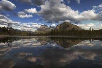 Гори та хмари в Vermillion озеро — стокове фото