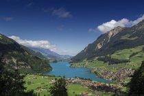 Vista panorámica de Lungern y Lungerner lago de Suiza Central - foto de stock