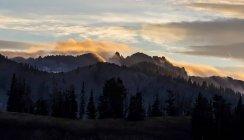 Vue du Mont Timpanogos entouré de nuages au cours de coucher du soleil — Photo de stock