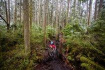 Жіночий гора байкер в Issaquah, штат Вашингтон. — стокове фото