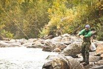 Нахлистом річці посеред восени листя Revelstoke, Британська Колумбія, Канада. — стокове фото
