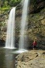 Пешие прогулки ниже нижней тростника Creek Falls, Fall Creek Falls State Park, Пайквилл, Теннеси женщина — стоковое фото