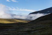 Clouds hang low in Syterskalet mountain valley near Viterskals hut, Kungsleden trail, Lapland, Sweden — Stock Photo