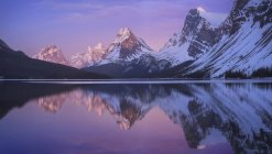 Riflessione della montagna e del cielo di Bow Lake, Parco nazionale di Banff, Alberta, Canada — Foto stock