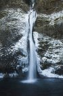 Eiskalte Wasser des Horestail Creek fließen über Horestail Wasserfälle im Winter, Columbia River Gorge National Scenic Area, Oregon — Stockfoto