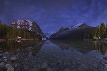 Vista del lago Louise en Canadá en la noche - foto de stock