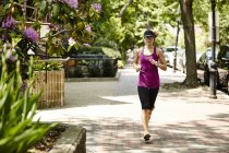 A Woman Running In The Back Bay Neighborhood Of Boston — Stock Photo