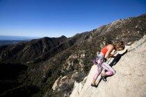 Женщина поднимается восторга на нижнем Рок Гибралтара в Санта-Барбаре, штат Калифорния. — стоковое фото
