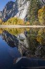 Vista panoramica al Parco nazionale di Yosemite lago e montagne — Foto stock