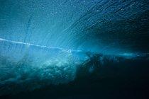 Подводный вид ломать волны на Мальдивах — стоковое фото