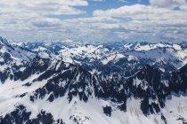 Величественные пейзажи заснеженных горного хребта под небо с облаками, Северная Каскады национального парка, штат Вашингтон, США — стоковое фото