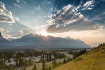 Colinas, montañas y nubes al atardecer - foto de stock