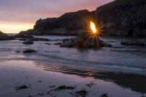 Brilhar num buraco em um afloramento rochoso na praia num dia de verão na segunda praia em La Push, Washington — Fotografia de Stock
