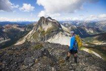Укладывая рюкзак на Джим Келли пик в Coquihalla отдыха области, Британская Колумбия, Канада — стоковое фото