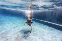 Молодая женщина, Дайвинг в бассейне — стоковое фото