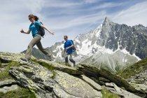 Homme et femme de randonnée au Montenvers, France — Photo de stock