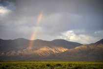 Arc-en-ciel sur la vallée d'Inyo près de Bishop en Californie — Photo de stock