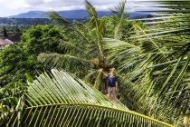 Giovane donna alla Palma, Bali, Indonesia — Foto stock