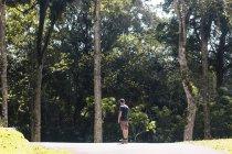 Задній вид молода людина з скейтборд, місті Bedugul, Балі — стокове фото