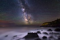 Milky Way over rocks and cliffs of Bold Coast, Maine — Stock Photo