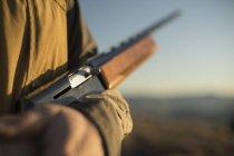 Мисливець колиски зарядив рушницю на полювання. — стокове фото