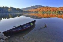 Leere Kanu vertäut auf Heart Lake Shore, New York, Usa — Stockfoto