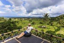Jeune homme regardant les champs de riz — Photo de stock