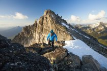 Photograph of mountain climber in North Cascade Mountain Range, Chilliwack, British Columbia, Canada — Stock Photo