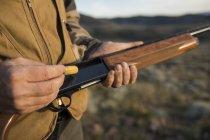 Мисливець заряджається пістолет Невада беккантрі полювання кеклика. — стокове фото