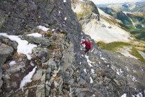 Альпинист карабкается вверх скалистых склонах Джим Келли пик, Британская Колумбия, Канада. — стоковое фото