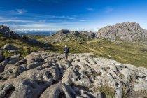 Фотография с турист в горах национального парка Итатиая государства Рио-де-Жанейро, Бразилия — стоковое фото