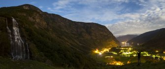 Brekkefossen Wasserfälle, oben die Stadt Flam, Sogn Og Fjordane, Norwegen — Stockfoto